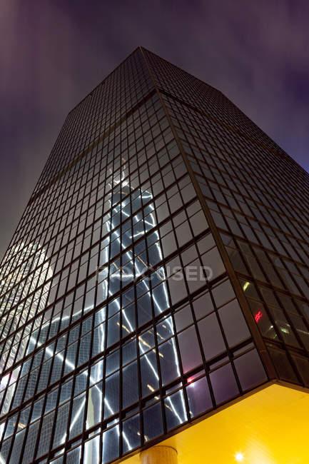 Grattacielo frontale in vetro, vista ad angolo basso, Hong Kong, Cina, Asia orientale — Foto stock