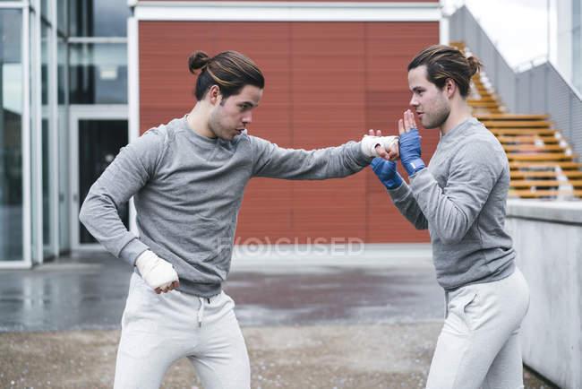 Янг-близнюки боксерів навчання на відкритому повітрі — стокове фото