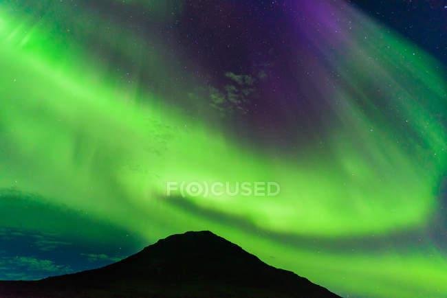 Aurora Borealis sopra la montagna, Narsaq, Vestgronland, Groenlandia — Foto stock