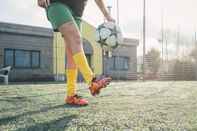 Football-Spieler treten Kugel auf Stellplatz — Stockfoto