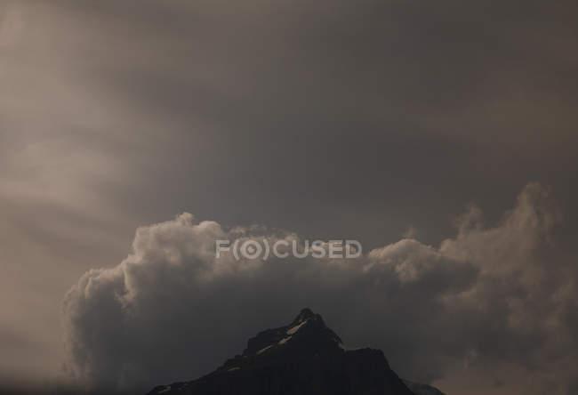 Vue panoramique du sommet de la montagne avec des nuages au Canada — Photo de stock