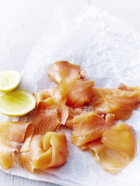 Top view of delicious smoked salmon with slices of lemon — Stock Photo
