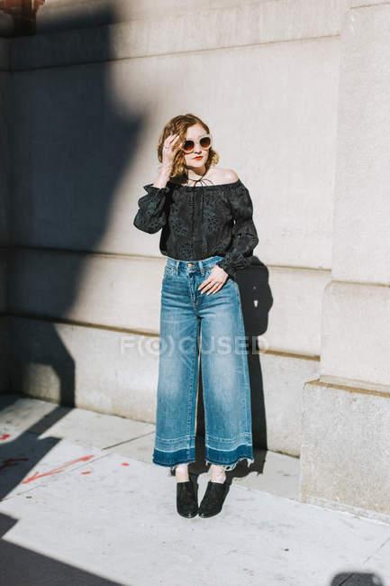 Портрет жінки носять джинси фотографіях хтось дивитися вбік, повна довжина спалахнув — стокове фото