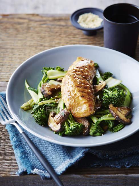 Miso und Ahorn glasierter Lachs auf gebratenem asiatischem Gemüse, Nahaufnahme — Stockfoto