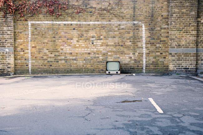Retro-Fernseher im Fußballtor auf die Mauer gemalt — Stockfoto