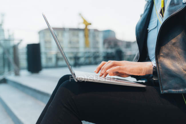 Vista laterale della donna d'affari che utilizza il computer portatile all'aperto — Foto stock