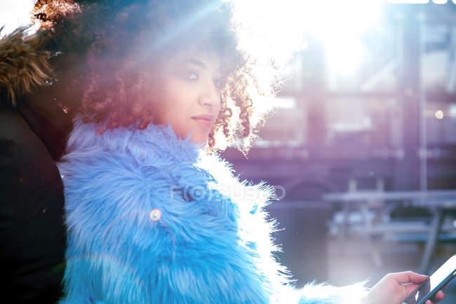 Портрет жінка з афро волосся і хутра пальто — стокове фото