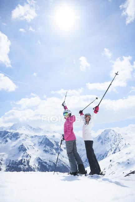 Мать и дочь на лыжный праздник, Хинтертукс, Тироль, Австрия — стоковое фото