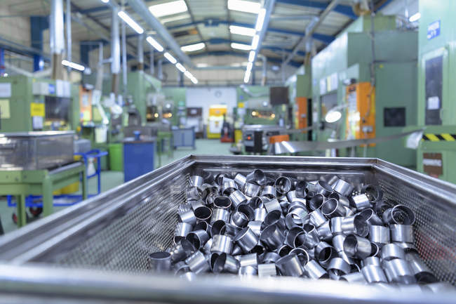 Металлопрессованные детали на металлообрабатывающей фабрике — стоковое фото