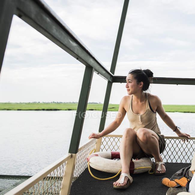 Asiatische junge weibliche Touristen in Ausflugsschiff am Chobe Fluss, Botswana, Afrika — Stockfoto