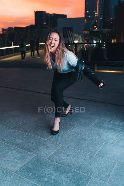 Donna all'aperto a scherzare e ballare al tramonto — Foto stock