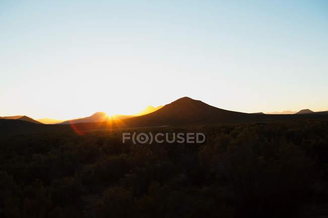 Soleil sur les montagnes sombres, Afrique du Sud — Photo de stock
