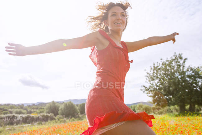 Женщина танцует на маковом поле, Пальма де Майорка, Ислас Балеарс, Испания, Европа — стоковое фото