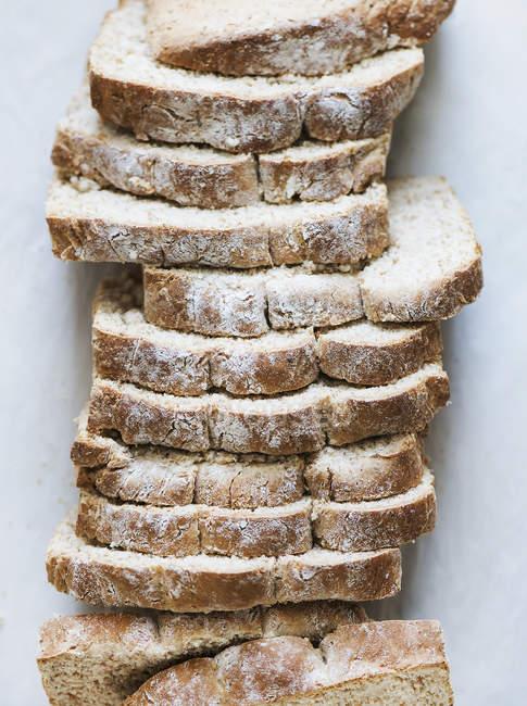 Draufsicht auf frisch gebackenem Brot in Scheiben geschnitten — Stockfoto