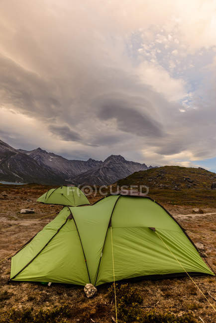 Camping en tente sur le fjord de Tasermiut dans le sud du Groenland — Photo de stock