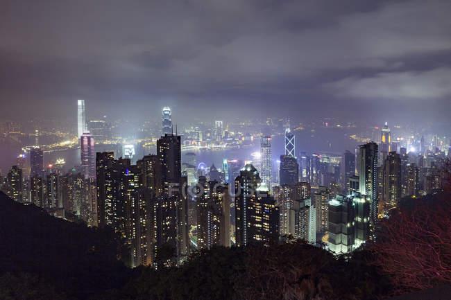 Stadtbild der nachts beleuchteten Wolkenkratzer, Hongkong, China, Ostasien — Stockfoto