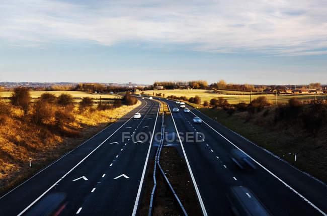 Autos auf der Autobahn bei blauem Himmel im Nordosten Englands, Uk. Bewegungsunschärfe — Stockfoto