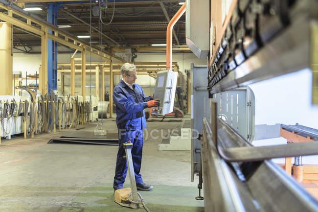 Инженер, работающий на сталелитейном заводе — стоковое фото