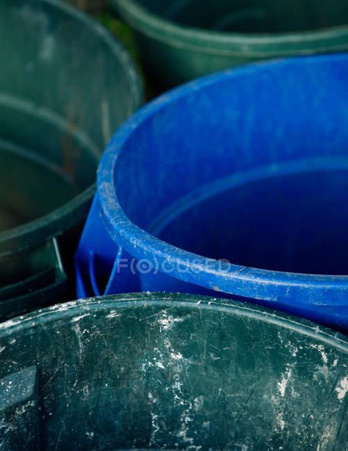 Close-up de latas de lixo verdes e azuis — Fotografia de Stock