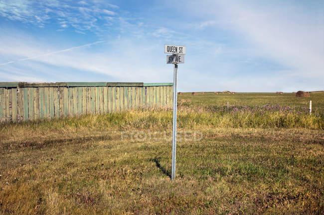 Panneau de rue dans un champ vide, ruisseau Pincher — Photo de stock