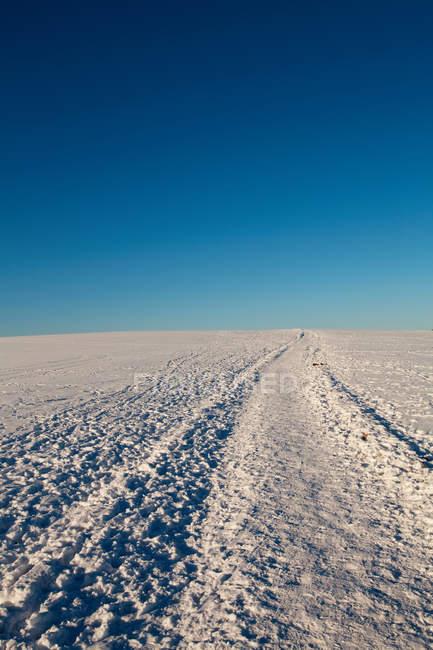 Сніг накривав Хілл і Синє небо в велика, Великобританія — стокове фото