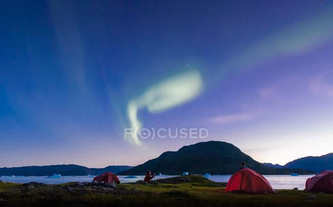 Paesaggio con tende di fiordo e aurora boreale di notte, Narsaq, Vestgronland, Groenlandia meridionale — Foto stock