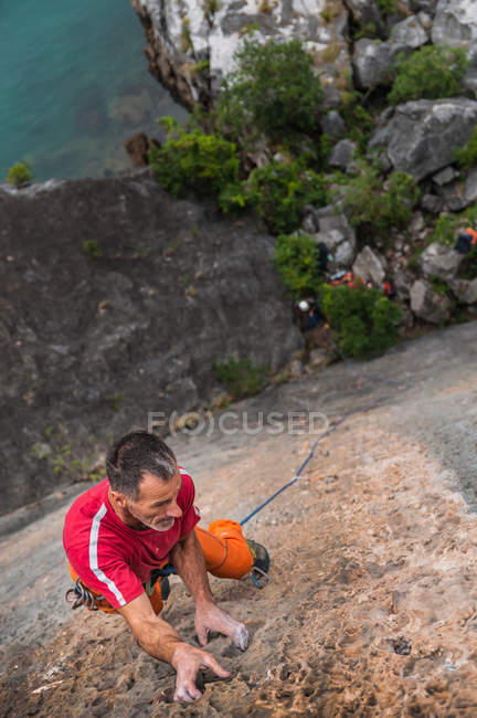High angle view of man rock climbing, Hidden Valley, Cat Ba Island, Vietnam — Stock Photo