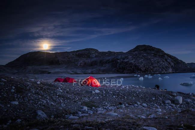 Paesaggio con tende di fiordo e luna piena di notte, Narsaq, Vestgronland, Groenlandia meridionale — Foto stock