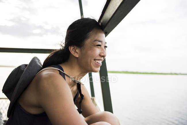 Seitenansicht der junge weibliche Touristen mit Blick vom Chobe River Tour Boot, Botswana, Afrika — Stockfoto
