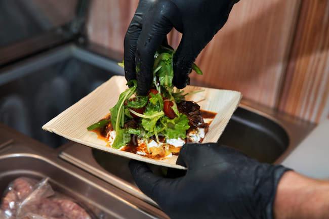 Close-up de mãos masculinas preparando comida para viagem — Fotografia de Stock