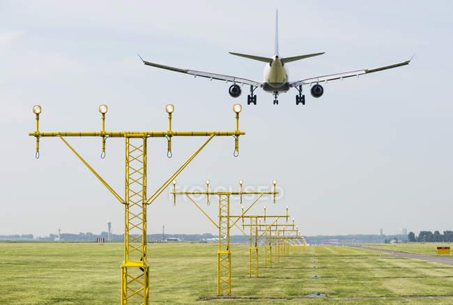 Самолет приземлился на взлетно-посадочных огней, Схипхол, Северная Голландия, Нидерланды, Европа — стоковое фото