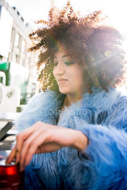 Ritratto di donna con capelli afro indossa cappotto di pelliccia — Foto stock