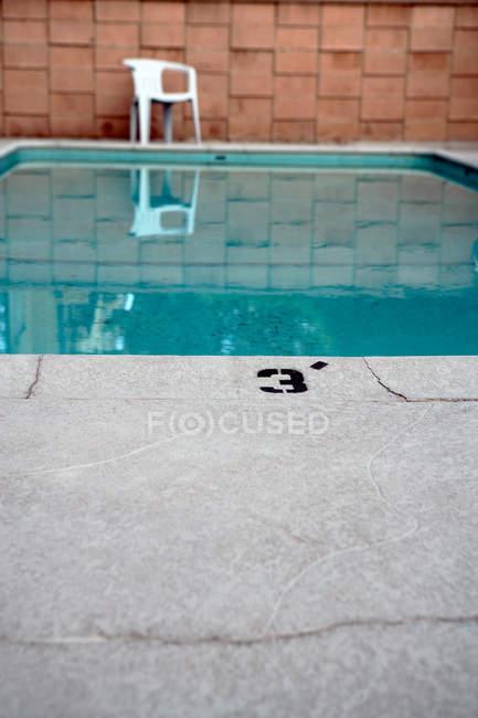 Vista della piscina con fuori sfondo sfocato — Foto stock