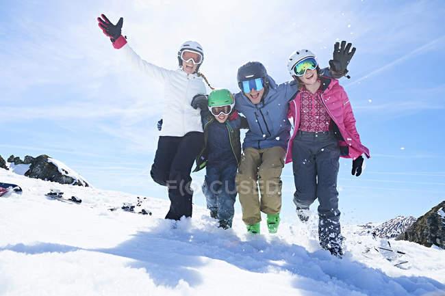 Семья весело на лыжный праздник, Хинтертукс, Тироль, Австрия — стоковое фото