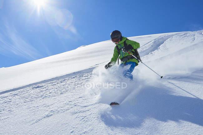 Мальчик, катания на снежных Хилл, Хинтертукс, Тироль, Австрия — стоковое фото