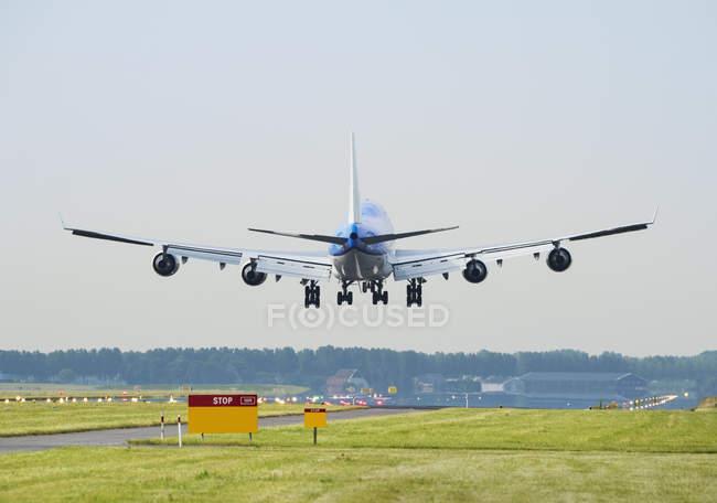 Airplane landing, Schiphol, North Holland, Netherlands, Europe — Stock Photo