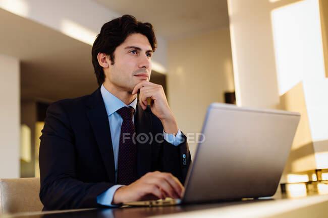 Empresário que trabalha no centro de negócios do hotel — Fotografia de Stock