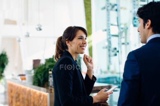 Homme d'affaires et femme d'affaires prenant un verre au bar — Photo de stock