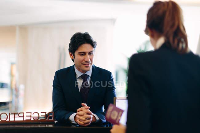 Uomo d'affari al check-in alla reception dell'hotel — Foto stock