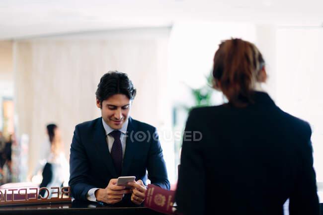 Бізнесмен під час прийому готелю. — стокове фото
