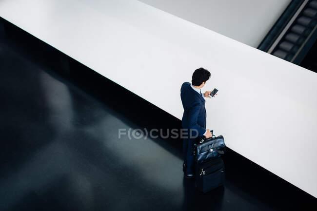 Бизнесмен с ручной клади в здании отеля — стоковое фото