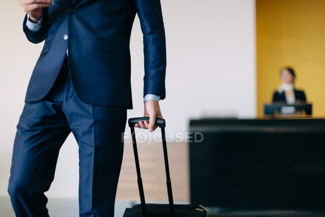 Homme d'affaires au départ de l'hôtel — Photo de stock