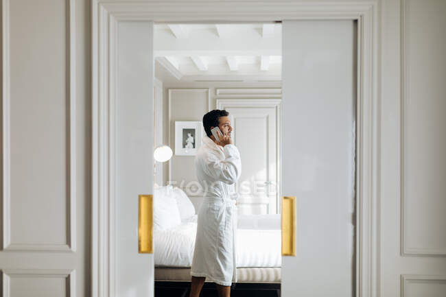 Hombre usando smartphone en suite - foto de stock