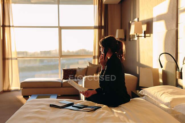 Femme d'affaires commande room service à l'hôtel — Photo de stock