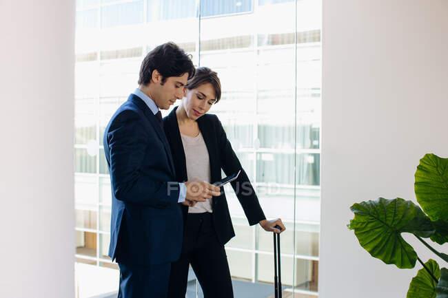 Uomo d'affari e donna d'affari utilizzando tablet digitale — Foto stock