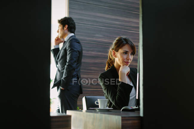 Бізнесмен і бізнесменка, які працюють у готельній спальні. — стокове фото