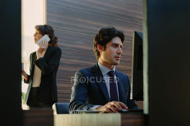 Бізнесмен і бізнесменка, які працюють у діловому центрі в готелі. — стокове фото