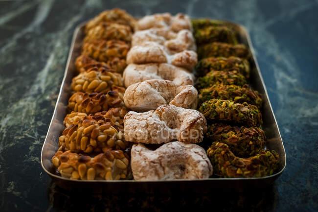 Alto ângulo de perto de uma bandeja com uma seleção de biscoitos na Pasticceria Savia Catania, Sicília, Itália. — Fotografia de Stock