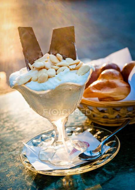 Alto ângulo de perto de um sorvete com croissant em Catania, Sicília. — Fotografia de Stock