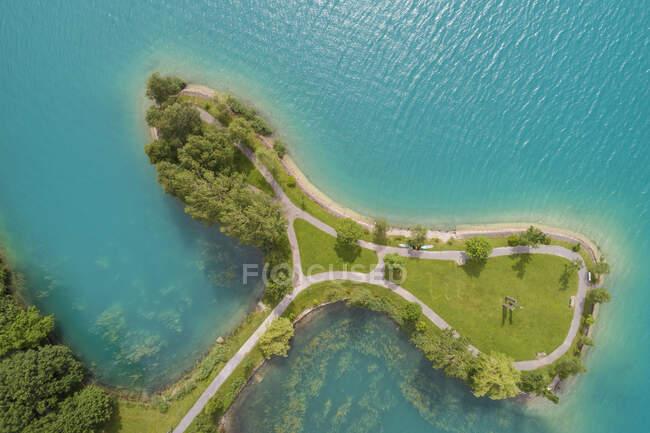 Veduta aerea del lago Lungern con piccola isola in estate, Obwalden, Svizzera — Foto stock